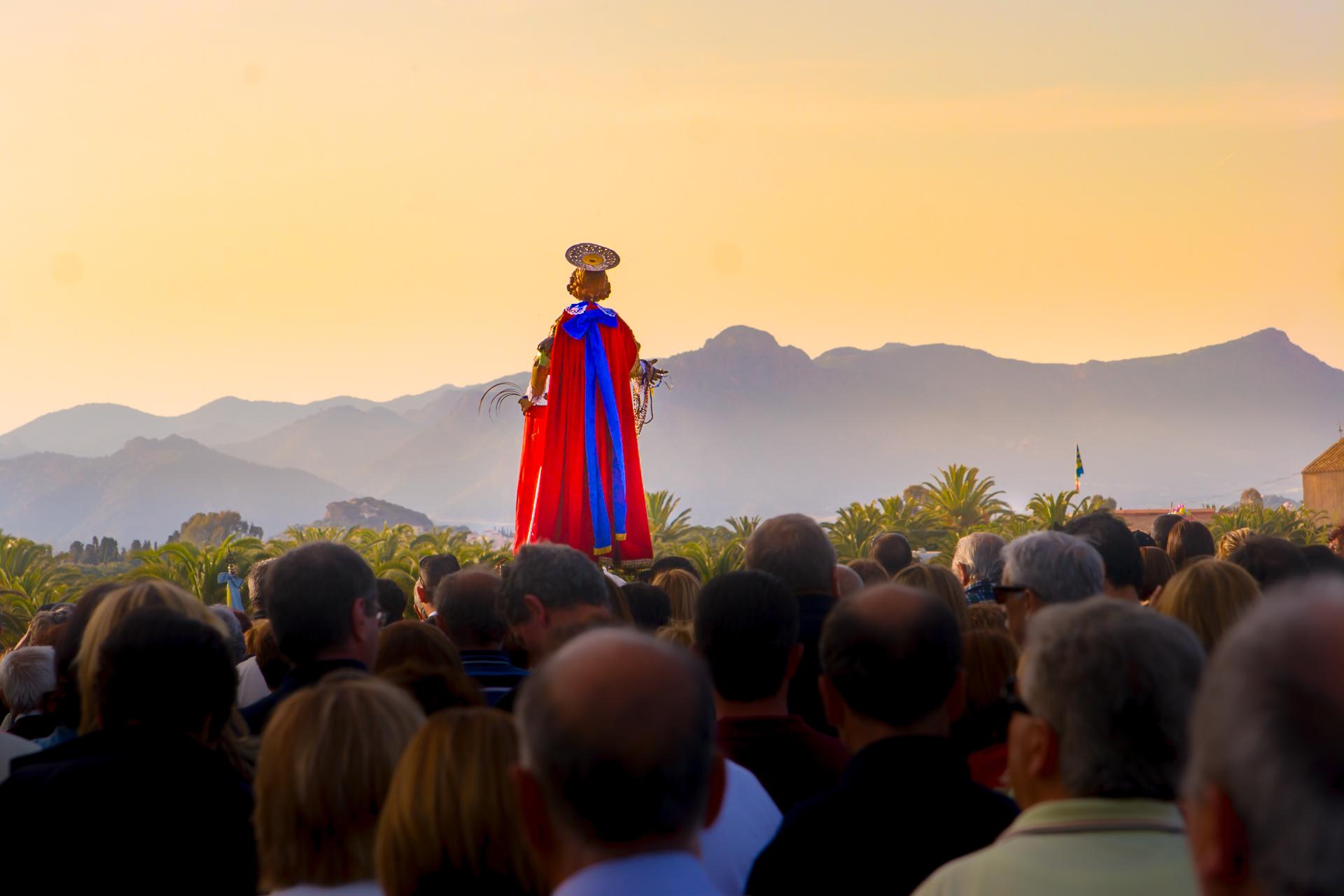 Pula, la sainte en procession à l'église de Sant'Efisio à Nora. Photo par Alessandro Addis.