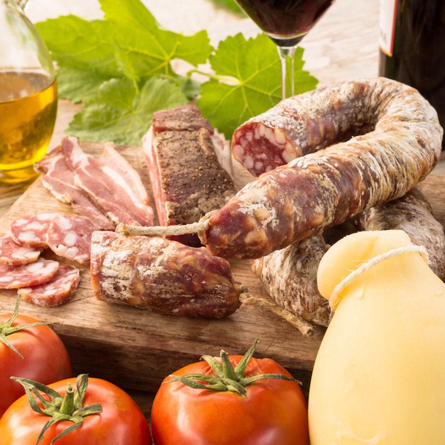 Charcuteries et fromages. shutterstock.com d'Alessio Orru.